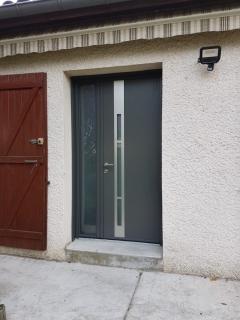 remplacement-porte-entree-moderne-maison