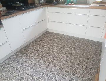 cuisine moderne avec sol en carreaux de ciment