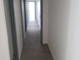 couloir moderne avec sol en parquet gris