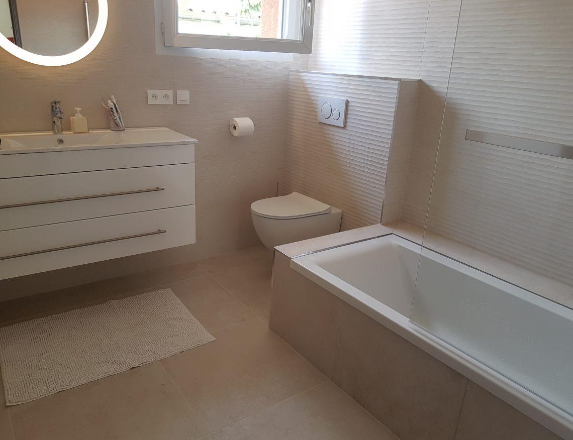 salle de bain moderne avec carrelage beige et baignoire