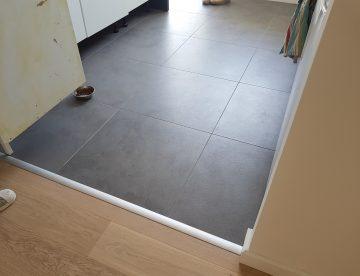 sol de cuisine en carrelage gris