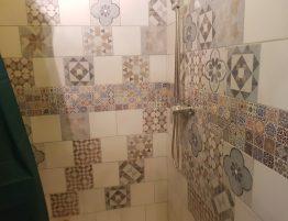 douche avec mur en carreaux de ciment