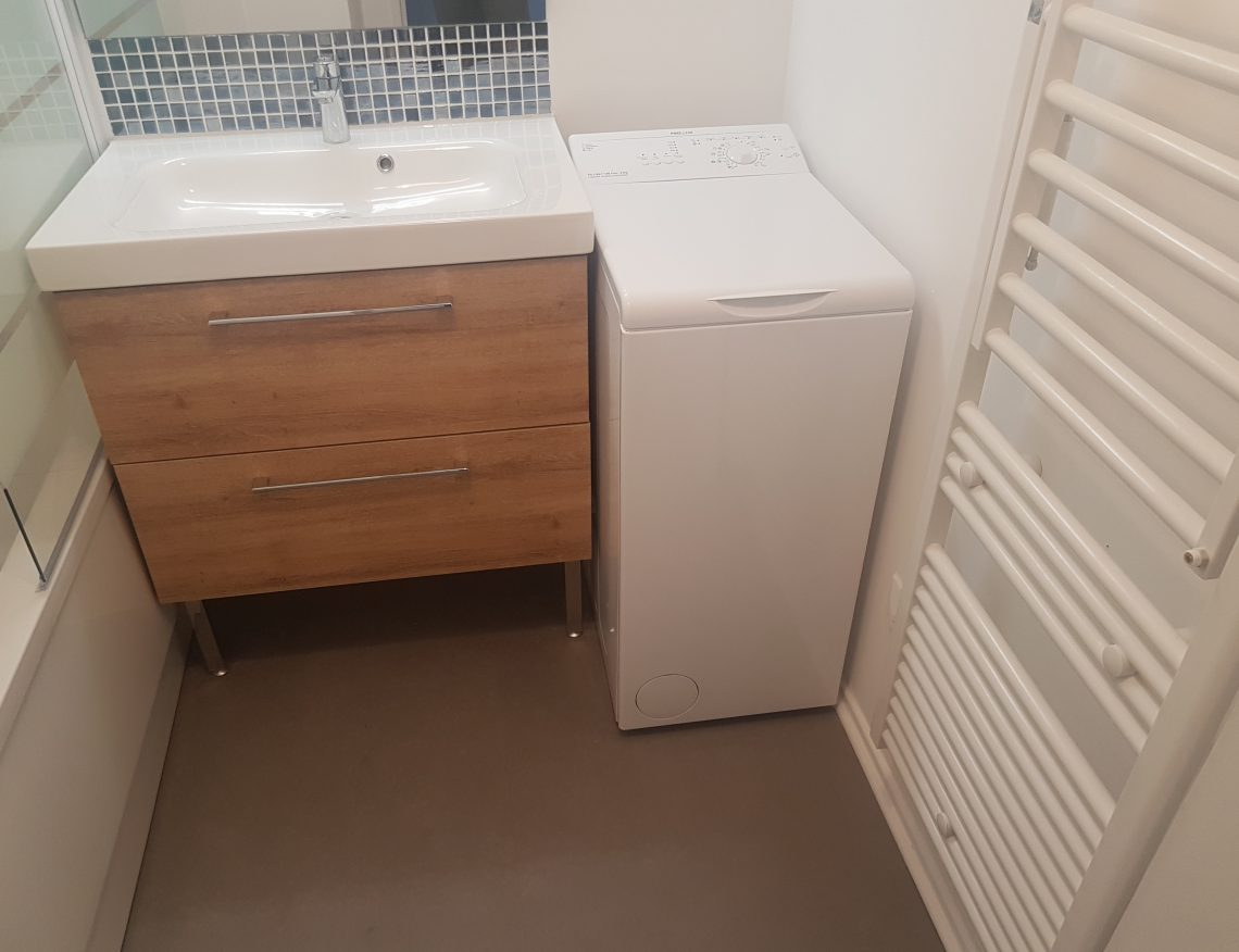 petite salle de bain moderne avec meuble de rangement