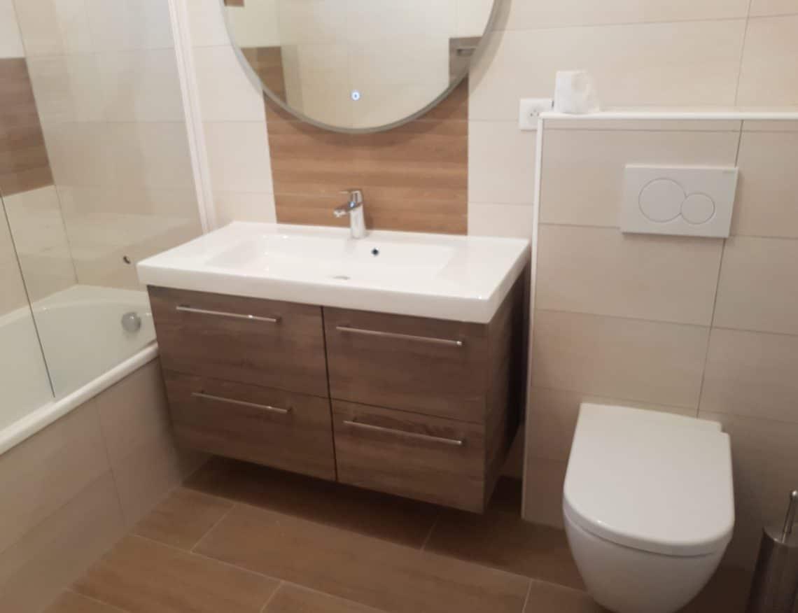salle de bain moderne avec grand meuble de rangement