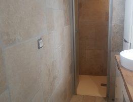 salle de bain avec cabine de douche
