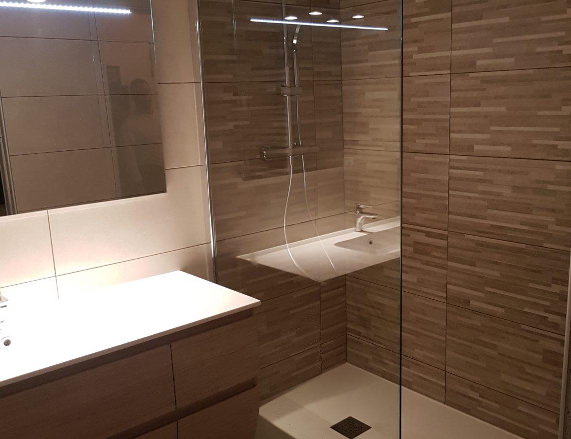 douche italienne moderne avec mur en pierre