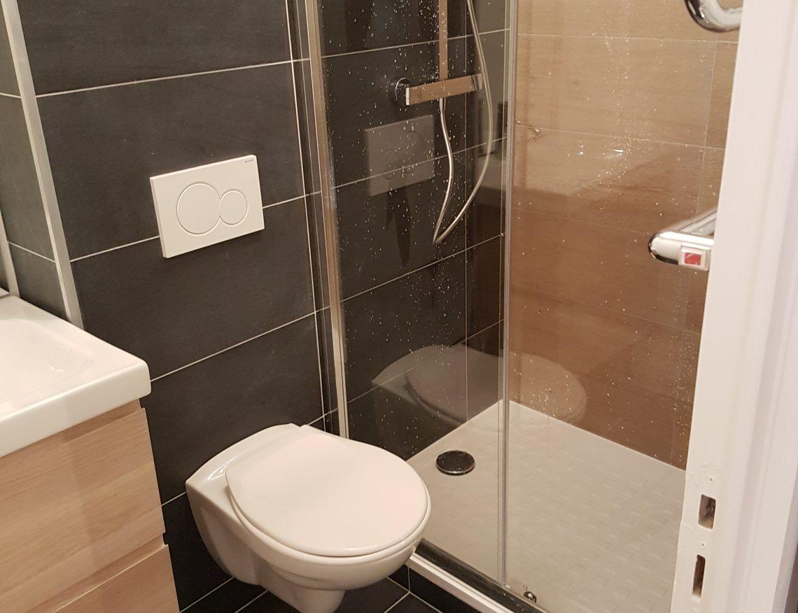 salle de bain avec carrelage moderne