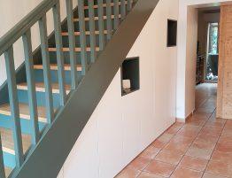escalier droit moderne avec placard integre