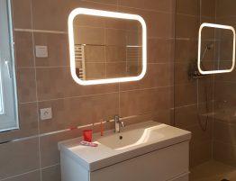 evier de salle de bain moderne avec miroir lumineux