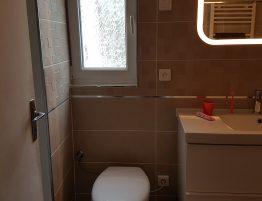 salle de bain design avec carrelage au mur