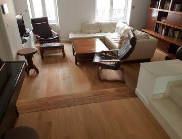 salle a manger moderne avec parquet au sol