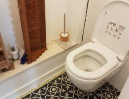 toilette avec sol imitation carreaux de ciment