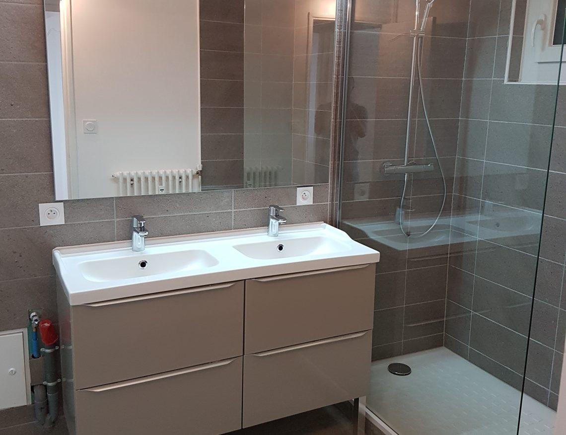 salle de bain design avec evier double vasque et douche