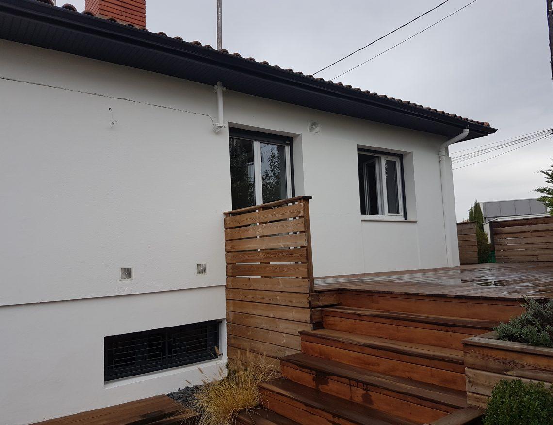 maison moderne avec terrasse en bois