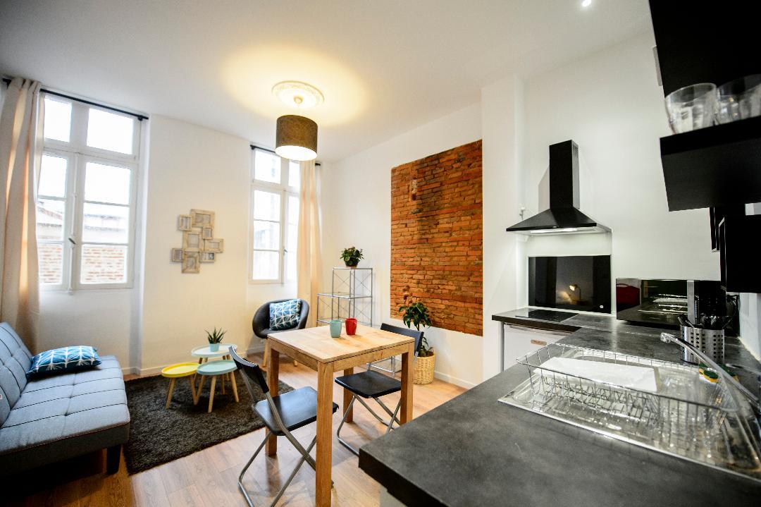 salon moderne avec cuisine ouverte