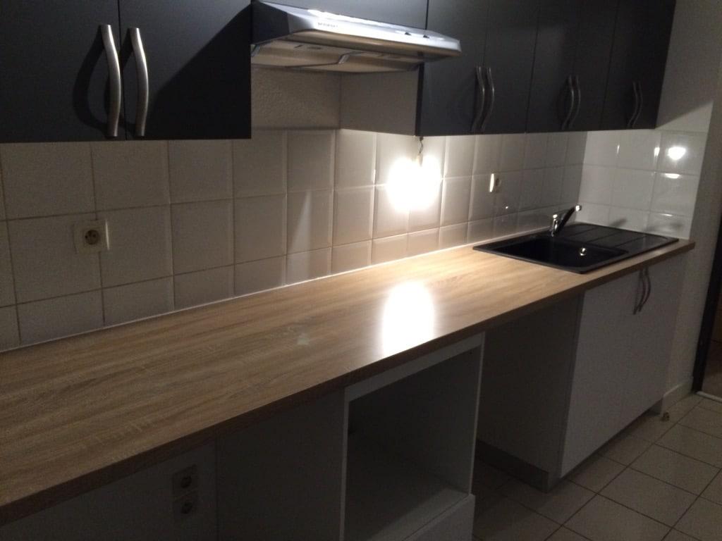 cuisine moderne avec plan de travail en bois