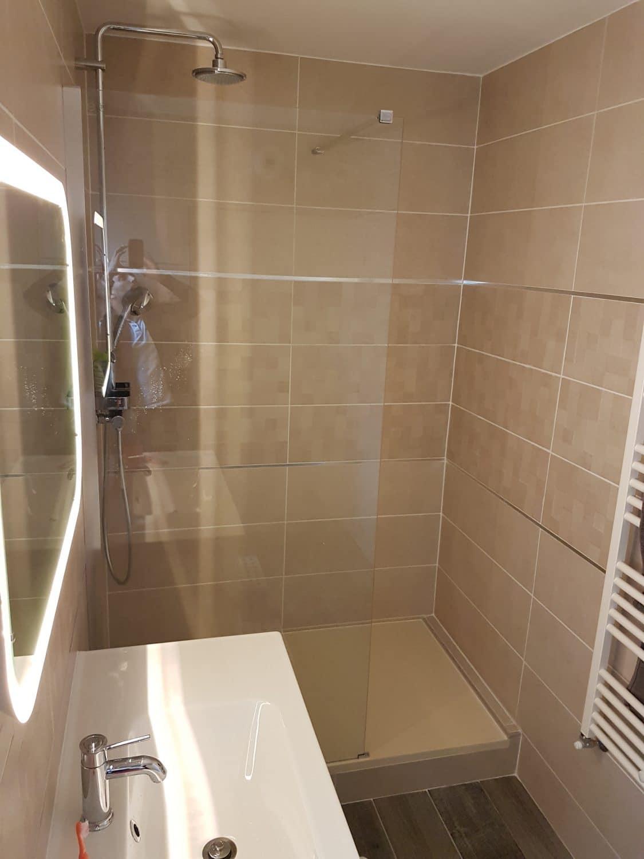 salle de bain moderne avec grande douche