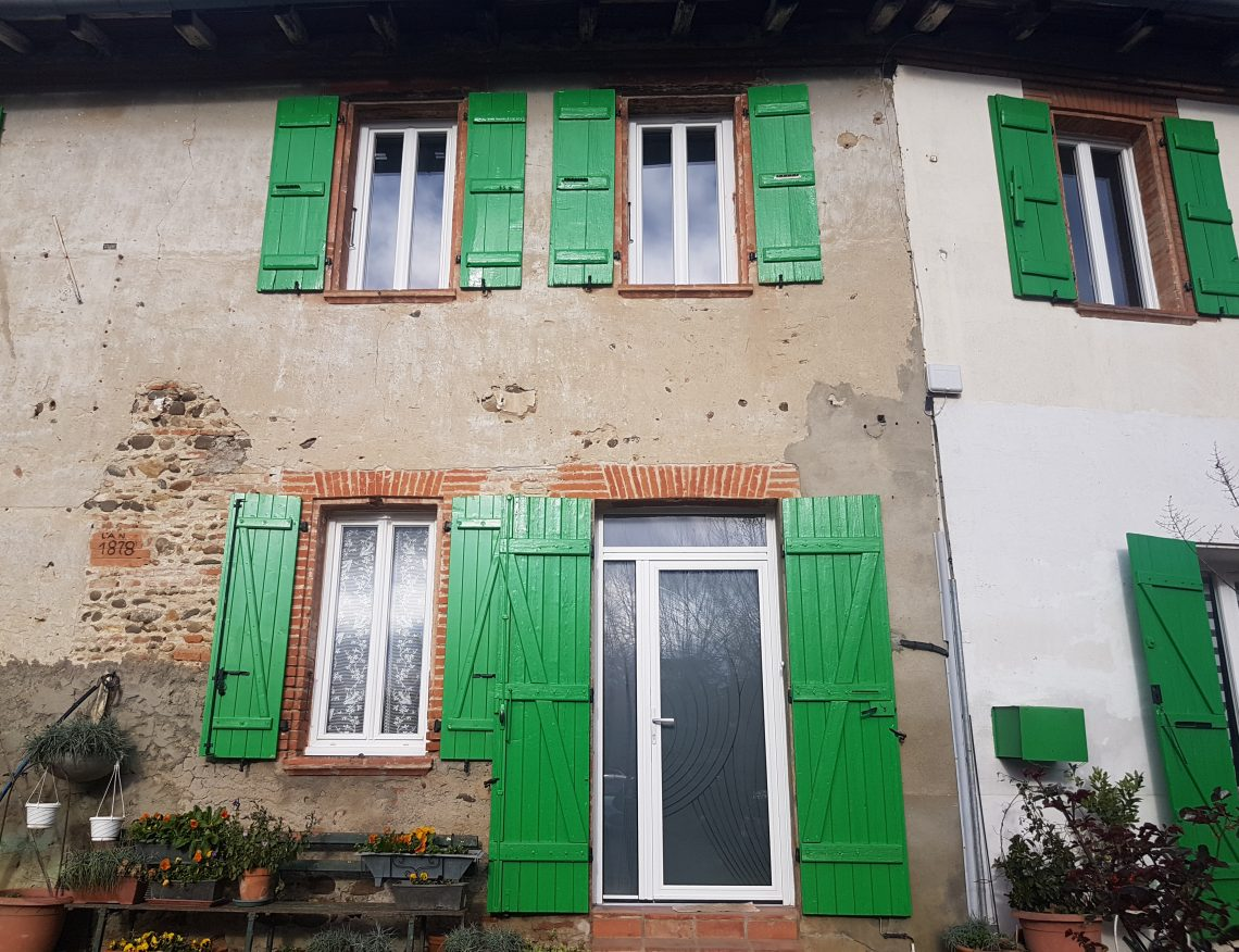 facade exterieure maison avec volets verts