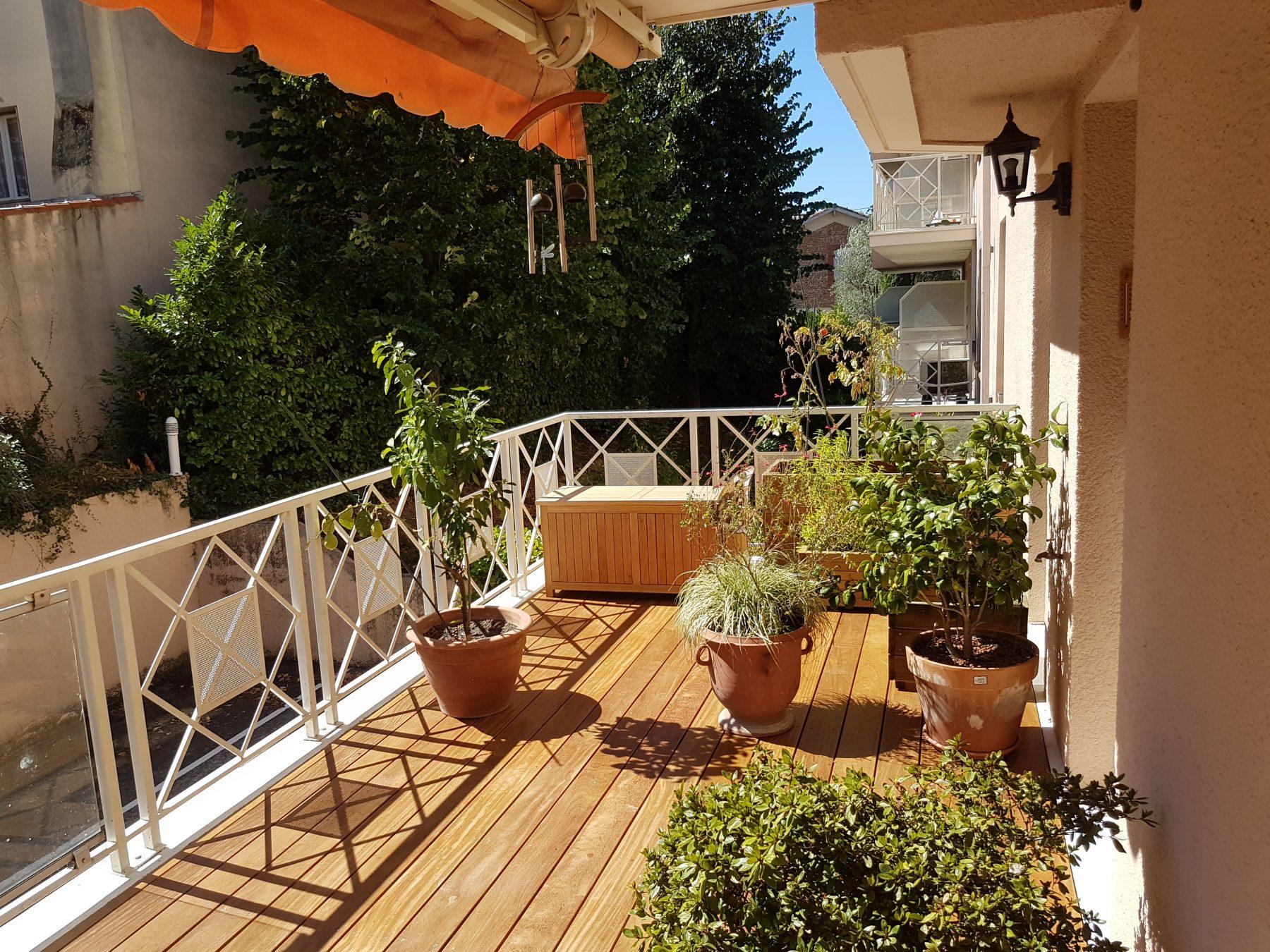 balcon avec sol en bois