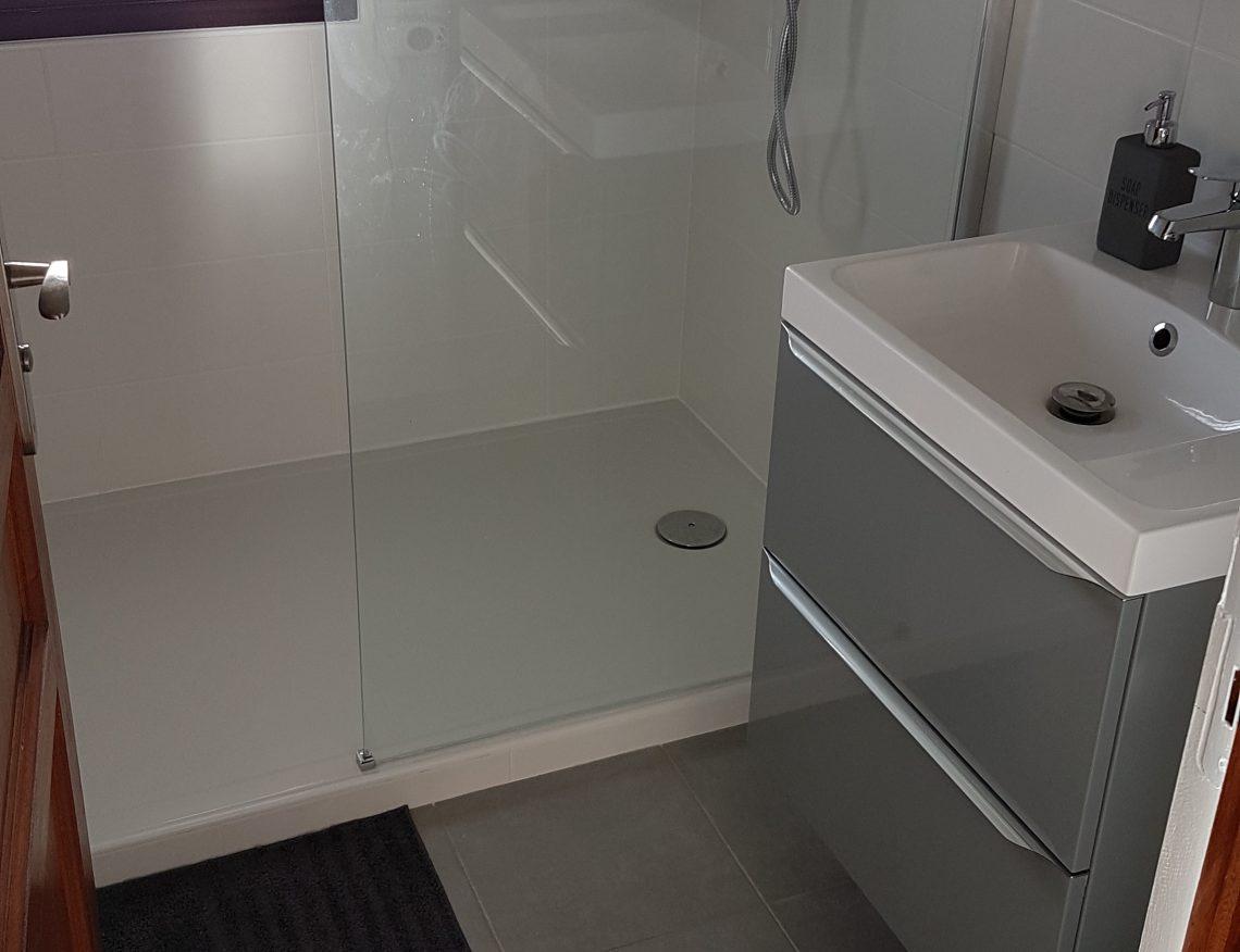 petite salle de bain moderne avec douche