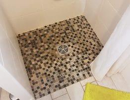 douche avec mosaïque au sol