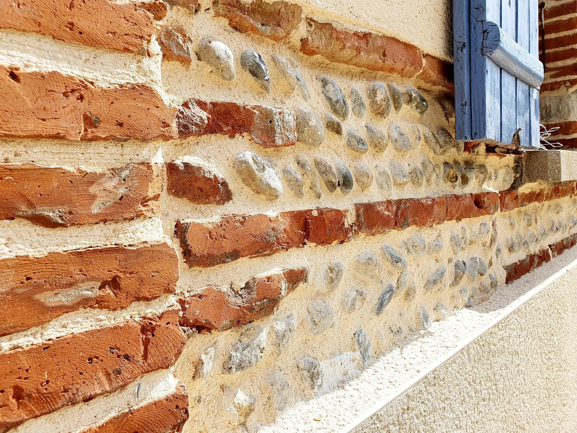 facade d'une maison en pierre rustique